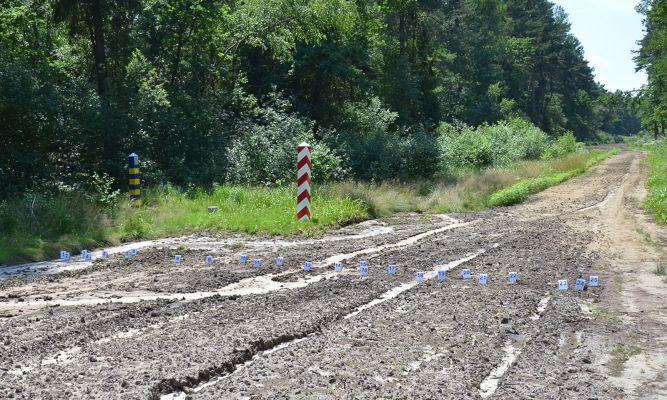 Kontrolny pas drogi granicznej z oznaczonymi śladami w rejonie Budomierza fot. BiOSG