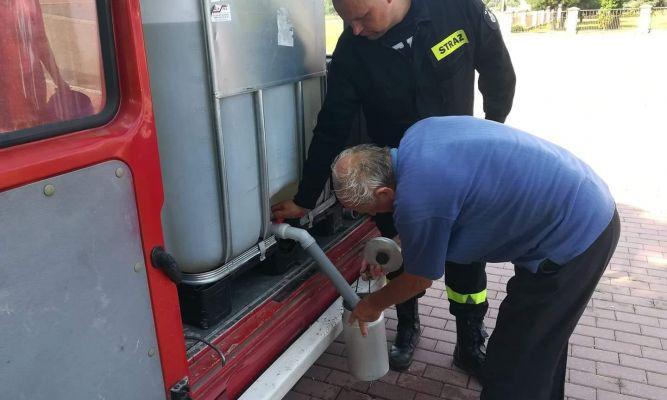 Wodę rozdają m.in strażacy fot. OSP Stary Dzików