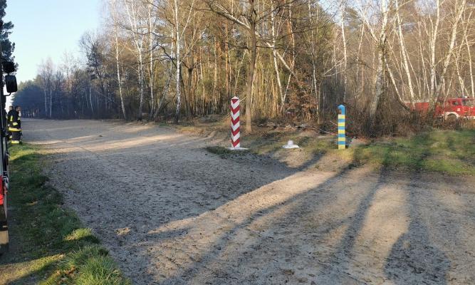 Granica z Ukrainą. Po lewej strażacy z naszego powiatu, a po prawej strażacy z Ukrainy.