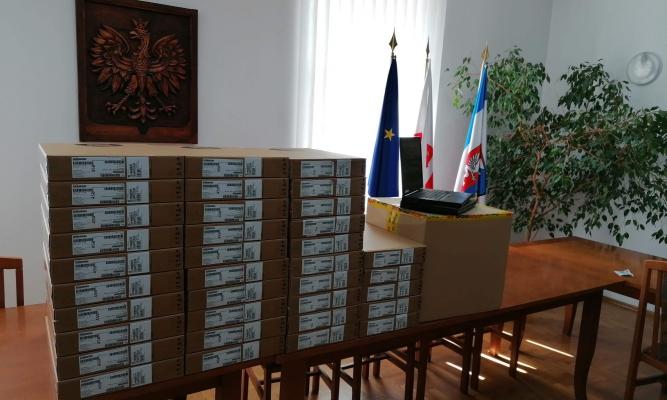Komputery, które zostaną przekazane uczniom fot. Gmina Narol