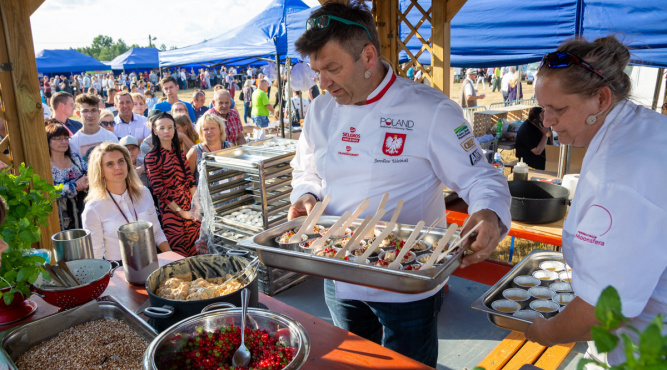 Zdjęcie z pokazu kulinarnego Jarosława Uścińskiego na Festiwalu Dziedzictwa Kresów fot. Mariusz Pajączkowski/festiwalkresow.pl