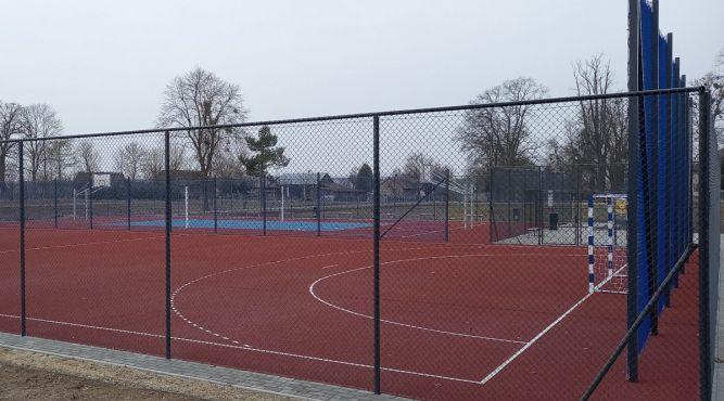 Zmodernizowane boisko przy Szkole Podstawowej w Krowicy Samej fot. gminalubaczow.pl