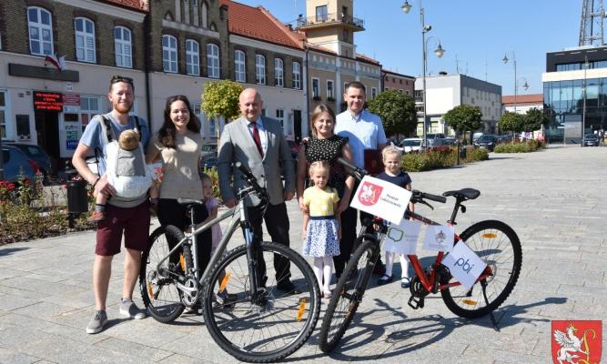 Zwyciężczynie konkursu filmowego z rodzinami i starostą Z.Swatkiem.