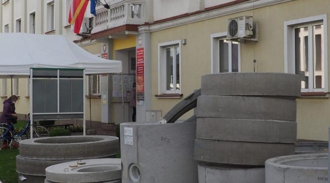 chwili obecnej m.in. w pobliżu budynku Starostwa Powiatowego trwają prace przygotowawcze for. powiatlubaczowski.pl