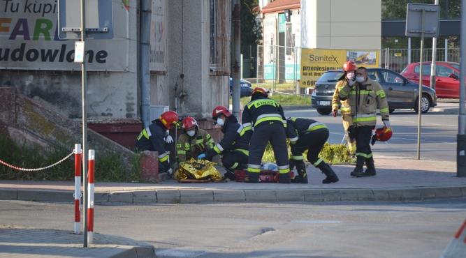 Strażacy udzielają pomocy rowerzyście fot. zlubaczowa.pl
