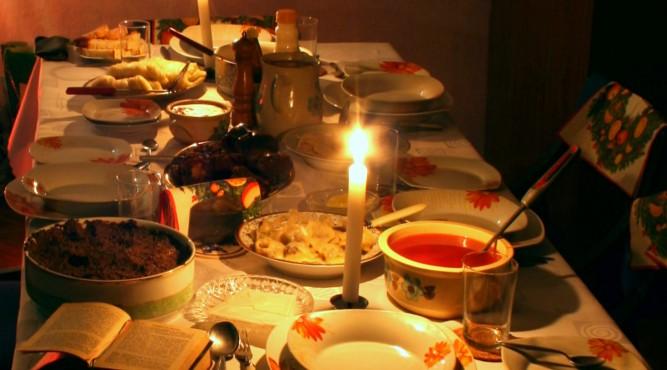 Tradycyjne nakrycie stołu wigilijnego w Polsce fot. wikipedia.org